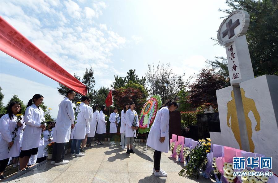(健康)(1)昆明医科大学学生晋龙园公祭遗体捐献者